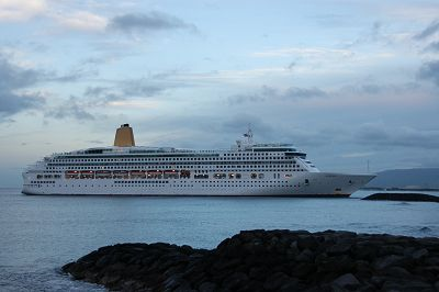 P & 0 Cruise Line Aurora Enters Honolulu Harbor